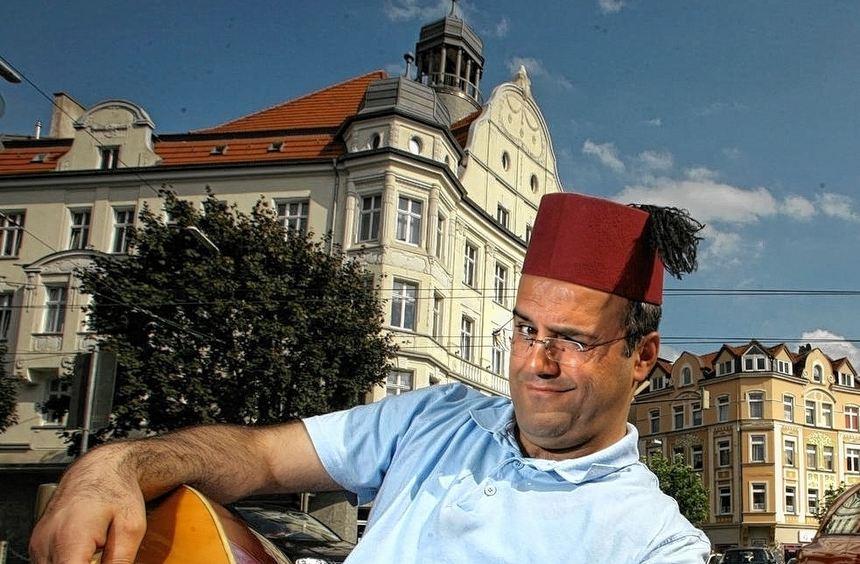 """Als """"König vom Borsigplatz"""" nimmt Kabarettist Ilhan Atasoy Deutsche und Türken auf die Schippe."""