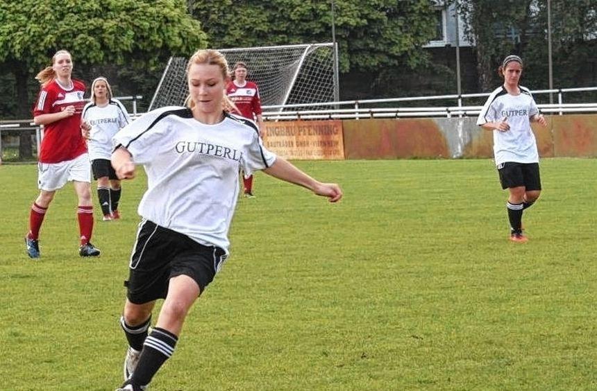 Sie schoss das 100. Saisontor der TSV-Amicitia-Fußballfrauen: Katja Kuhn (l.).