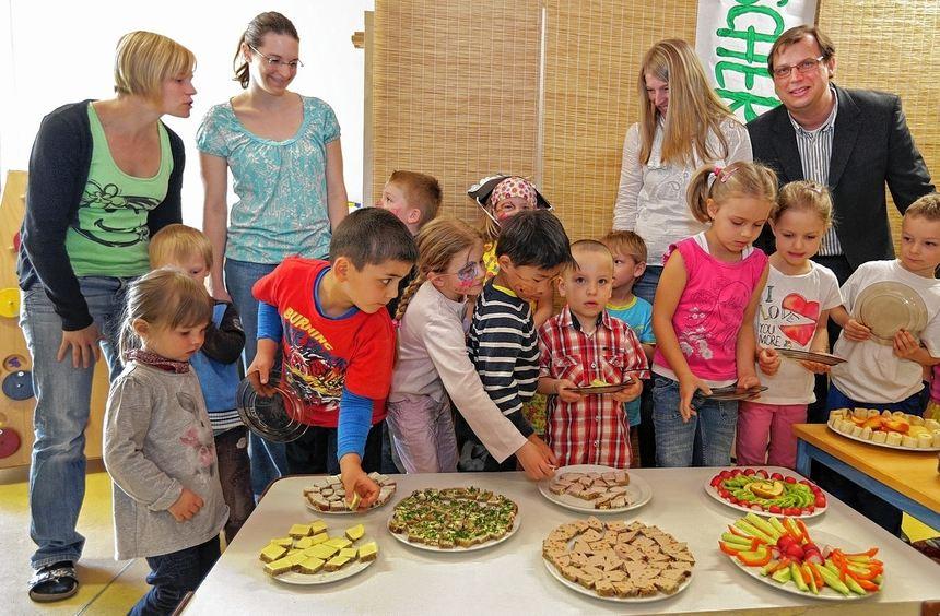 Da greifen die Mädchen und Buben zu: Der Rotary Club spendiert ein gesundes Frühstück. Unser Bild ...