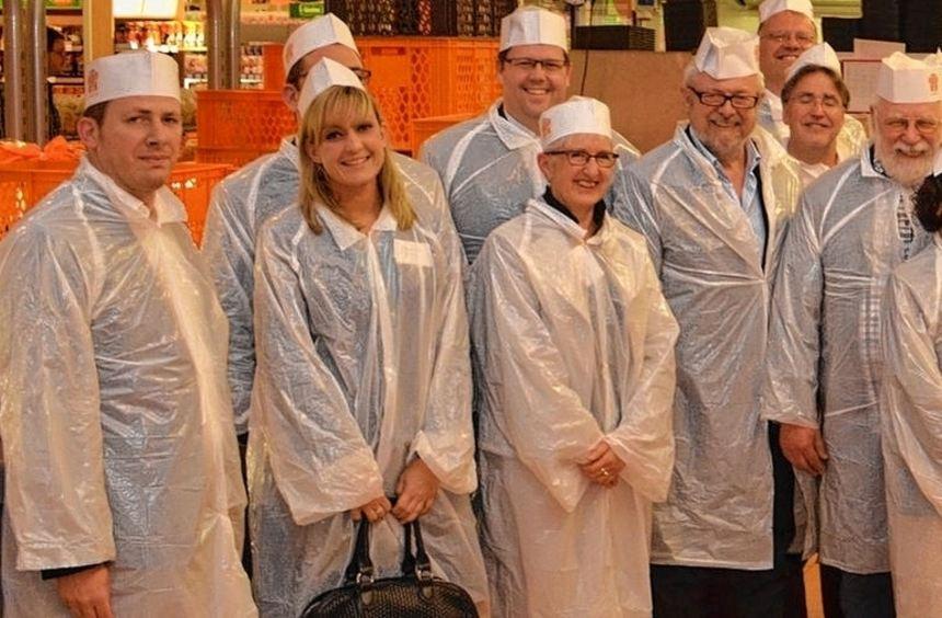Unternehmerische Vielfalt im weißen Einheitslook: Für den Besuch des Produktionsbereiches der ...