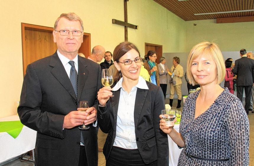 Die neue Diakonin Kerstin Genz (mitte) bei der Begrüßung im Gespräch mit dem Ketscher Pfarrer ...