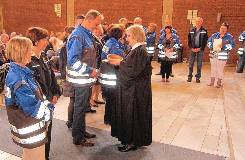Pfarrerin Barbara Tarnow händigt den neuen ehrenamtlichen Notfallseelsorgern in der Lutherkirche ...