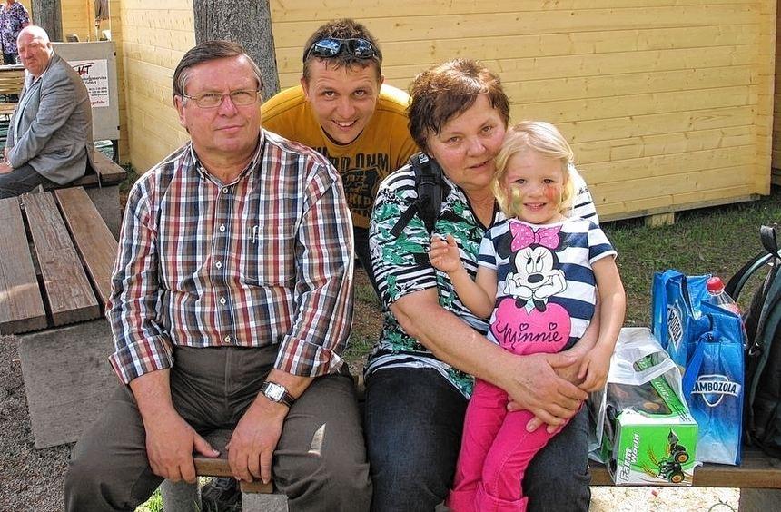 Freuen sich über eine freie Bank im Schatten: Oma, Opa und Papa Blum, die im Gegensatz zur ...