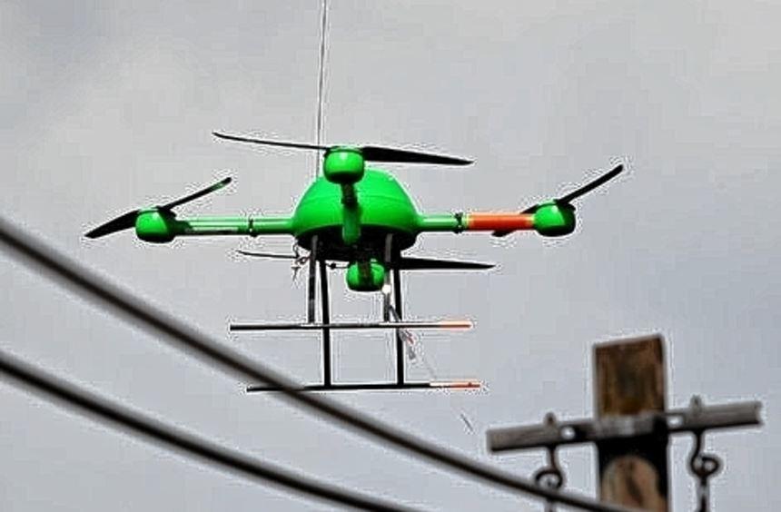 Eine Drohne bringt künstliche DNA auf Kabel der Telekom auf.