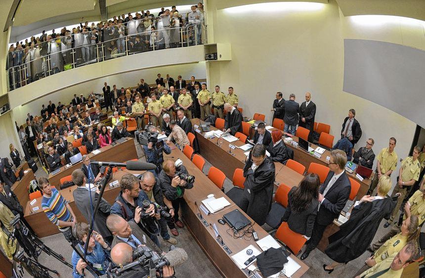 Gedränge im Saal A 101 des Oberlandesgerichts in München: Die orangefarbenen Stühle sind den ...