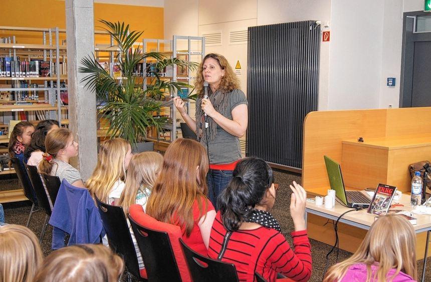 Autorin Corinna Harder traf im Lessing-Gymnasium auf echte TKKG-Kenner.