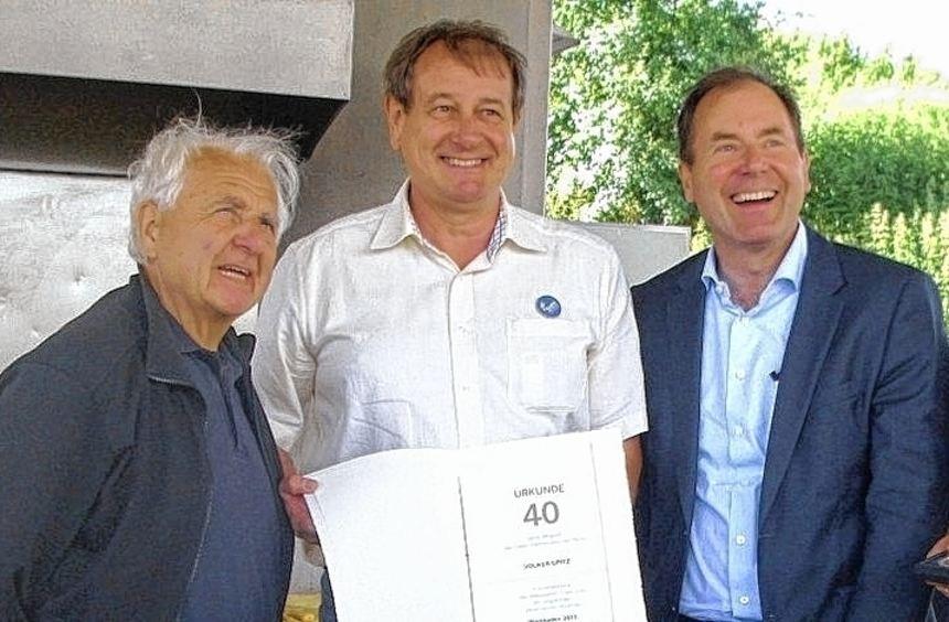 Volker Opitz (l.) wurde für 40 Jahre Mitgliedschaft in der FDP geehrt.