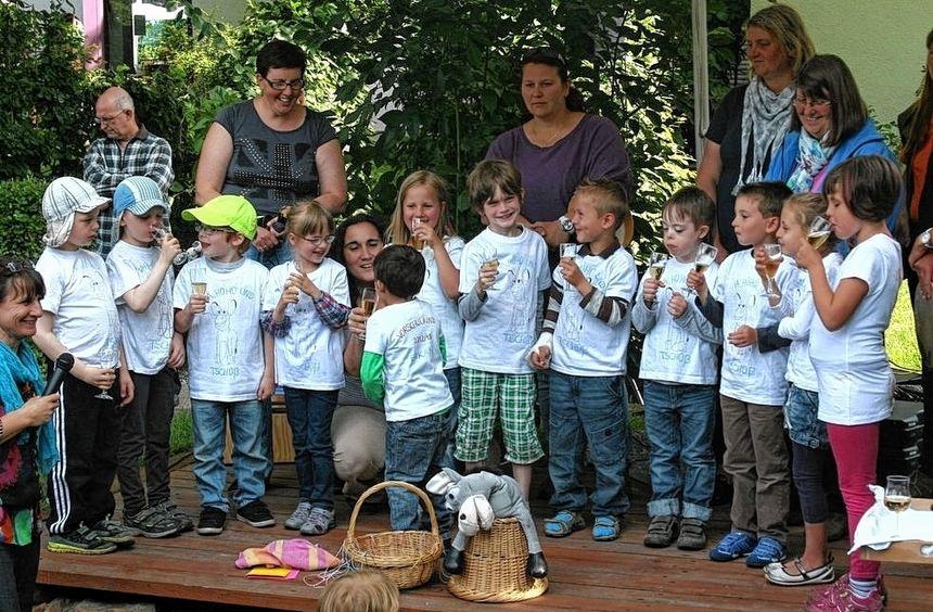 Die Vorschulkinder der Kita Schwalbennest stoßen mit alkoholfreier Brause auf ihre Kindergartenzeit ...