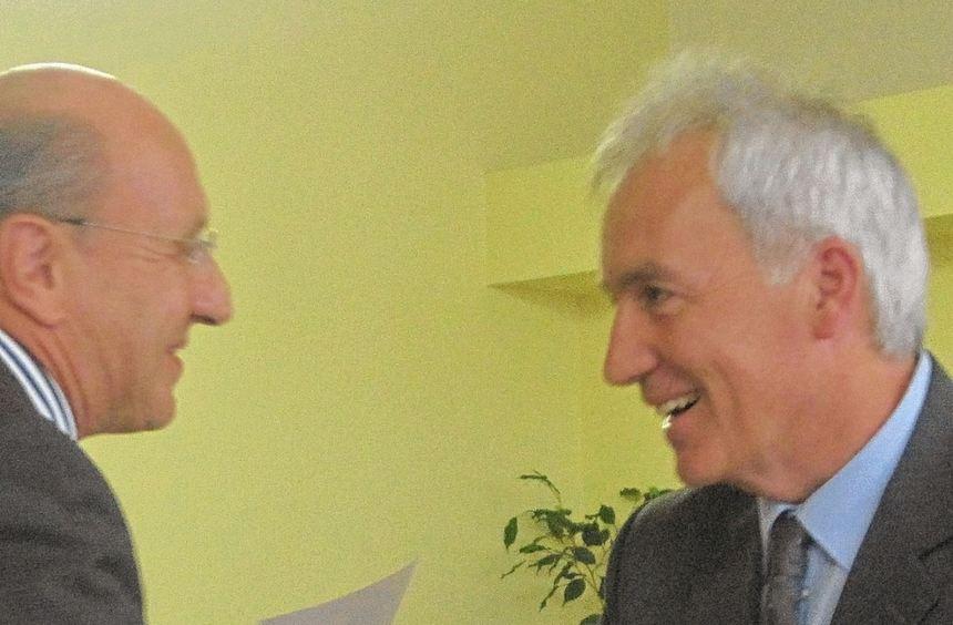 Der offizielle Akt: Der Präsident des Oberschulamtes, Prof. Dr. Werner Schnatterbeck (l.), ...