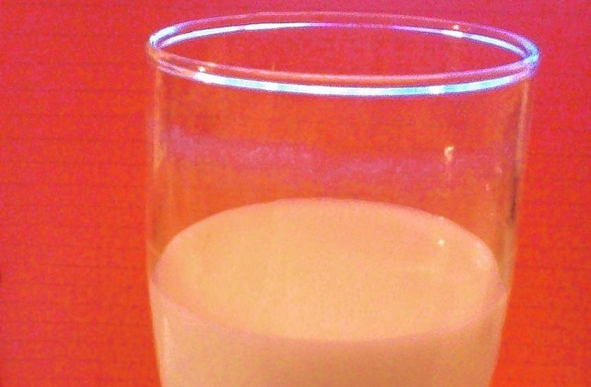 Ein Glas Nacht-Milch soll beim Einschlafen helfen.