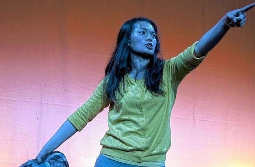"Künstlerin Bee Chang in der Theaterperformance ""Blickakte""."