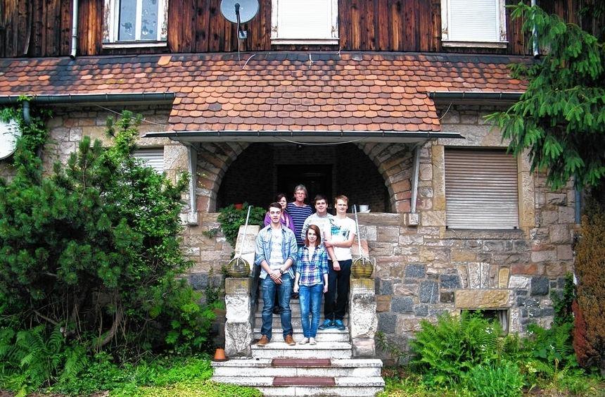 Die Schüler der Heinrich-Metzendorf-Schule samt Lehrerin und Interview-Partnerin auf den Stufen des ...