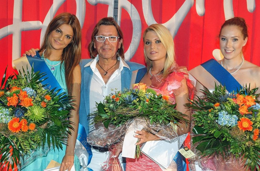 """Fody's-Geschäftsführer Willy Koch mit den Siegerinnen der """"Miss Ladenburg""""-Wahl (v.l): Kira Kopper, ..."""