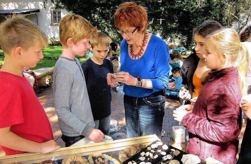 Interessiert lassen sich die Schüler des Litauischen Gymnasiums von Kunstlehrerin Jurate ...