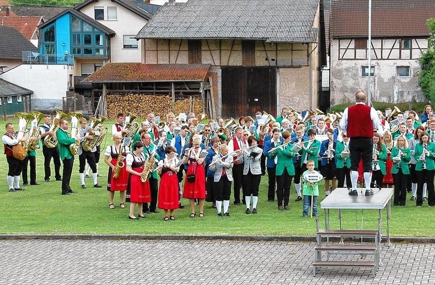 """Zum Jubiläum """"75 Jahre Musikverein Kupprichhausen"""" verwandelten die teilnehmenden Vereine den Ort ..."""