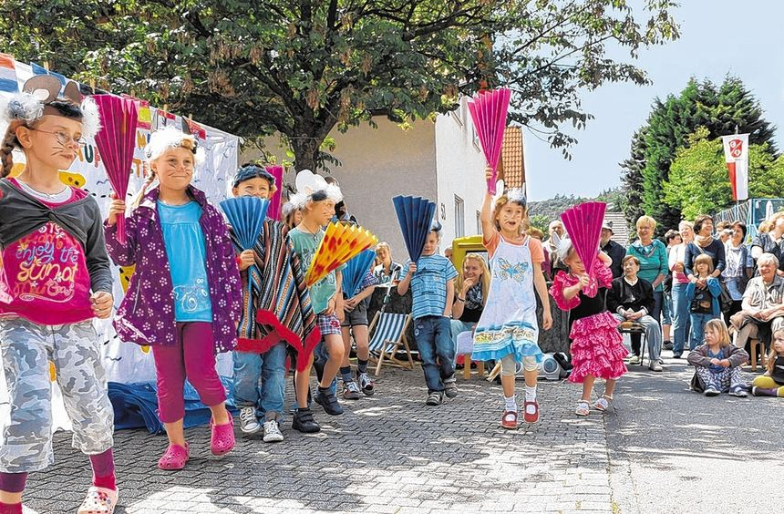 Die Vorschulkinder des Erbacher Kindergartens unterhielten die Besucher des Dorffestes mit einem ...