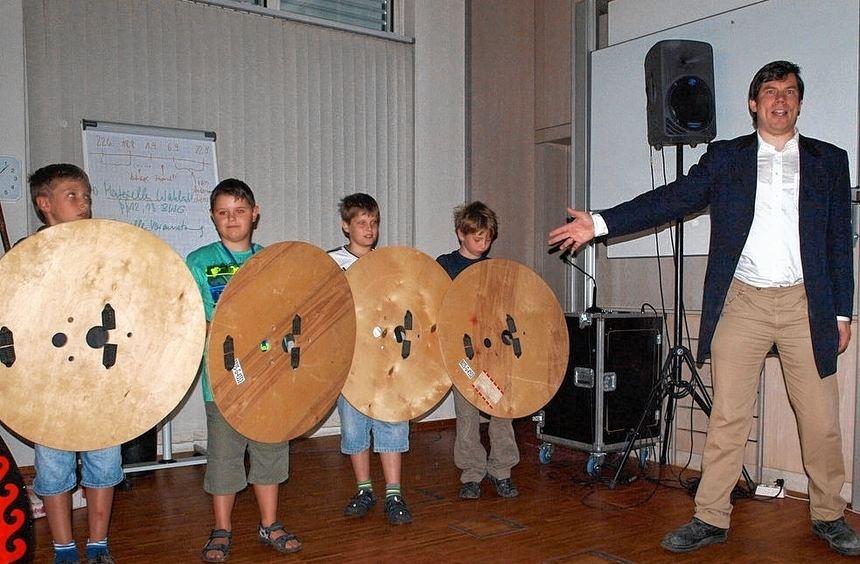 Eine griechische Phalanx ließ Dr. Jorit Wintjes (rechts) vier Teilnehmer an der Kinder-Uni im ...