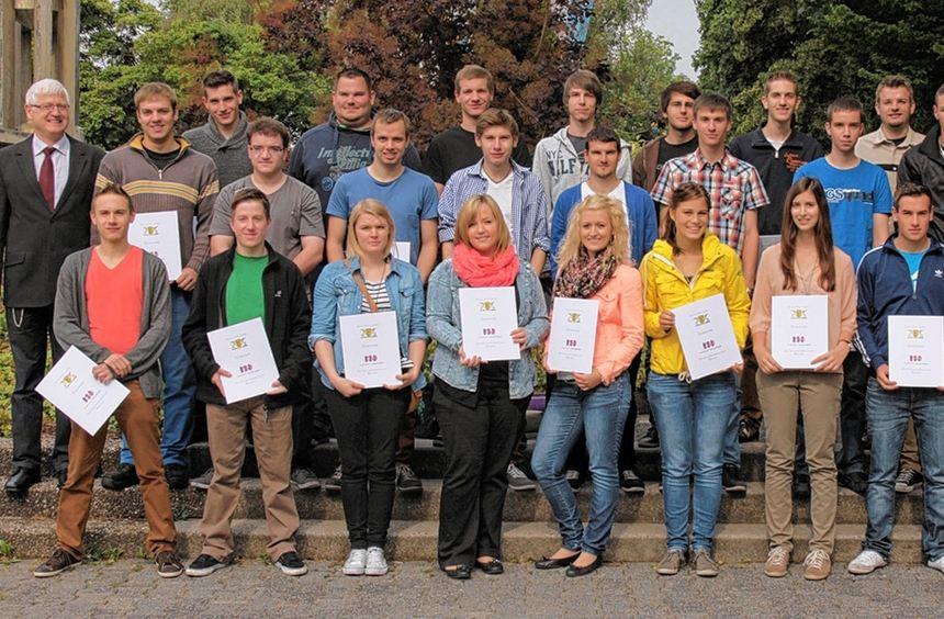 Zahlreiche Schüler der ZGB haben erfolgreich ihre Ausbildung im dualen System zwischen Schule und ...