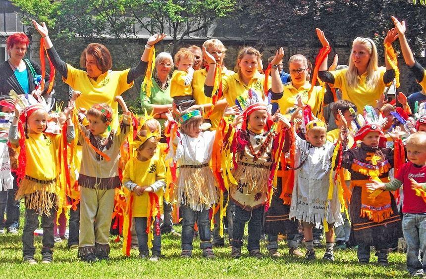 Für ihren Indianertanz erhielten die Kinder des evangelischen Fürstin-Margarita-Kindergartens ...
