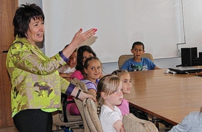 Gespannt hören die Kinder der neuen Bürgermeisterin Bärbel Schader zu.