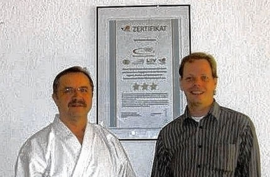 Das Bild zeigt den Vorsitzenden der Eintracht Walldürn, Jürgen Mellinger (r), und den ...