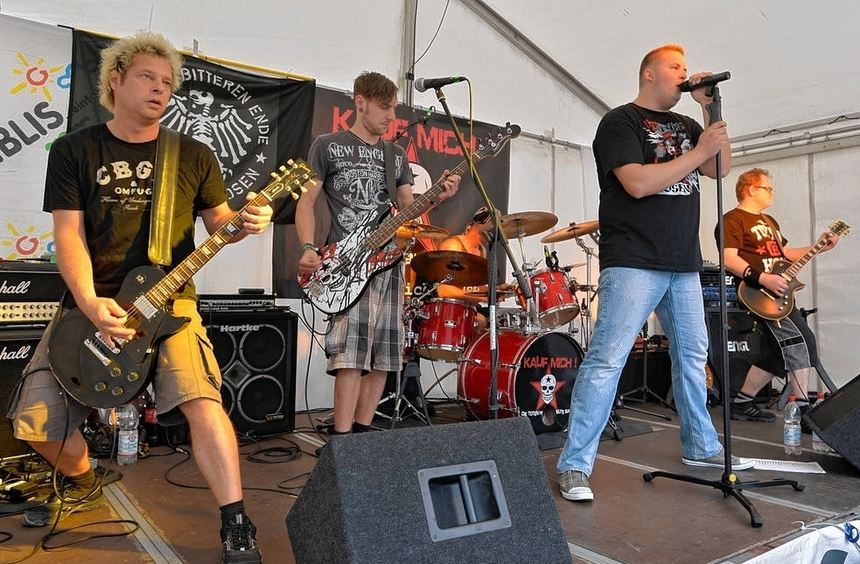 Die Cover-Band Kauf mich begeisterte beim Gurkenfest mit Hits von den Toten Hosen und lockte jede ...
