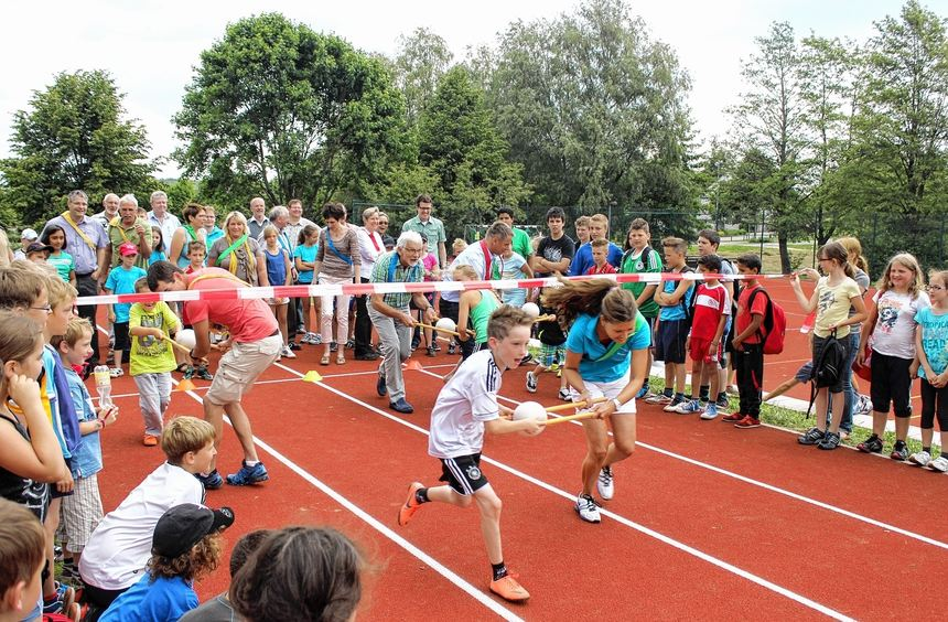 Gestern wurde die neue 100-Meter-Laufbahn auf dem Sportgelände an der Grund- und Hauptschule ...
