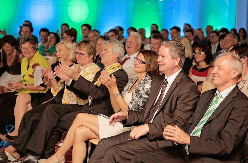 Adios, Dr. Haist: Brone Narkeviciene (unten links) bedankt sich mit einer traditionellen Schärpe, ...