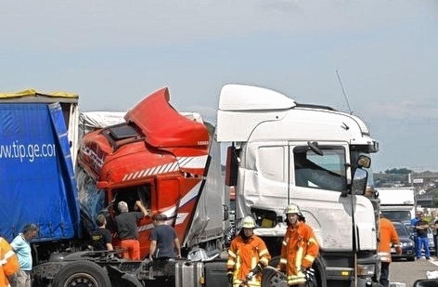 Insgesamt sieben Lkw waren in den Unfall verwickelt.
