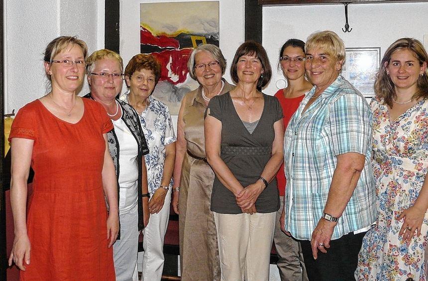 Renate Alter (Zweite von rechts), Pia Ellmer-Haas (Vierte von rechts) und Ulrike Gonner (Dritte von ...