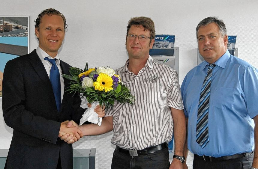 Seit 25 Jahren ist Martin Pfohl (Mitte) bei der Firma Zippe beschäftigt. Für die Zusammenarbeit ...
