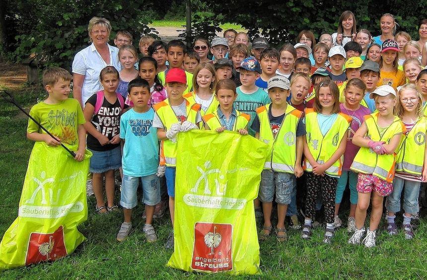 Wer will fleißige Müllsammler sehen? Hier sind sie: die Kinder der Pestalozzischule.