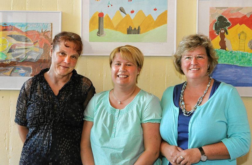 Die Pädagoginnen Maria Heidbreder, Alexa Schäfer und Eva Krumm (von links) brechen gemeinsam eine ...
