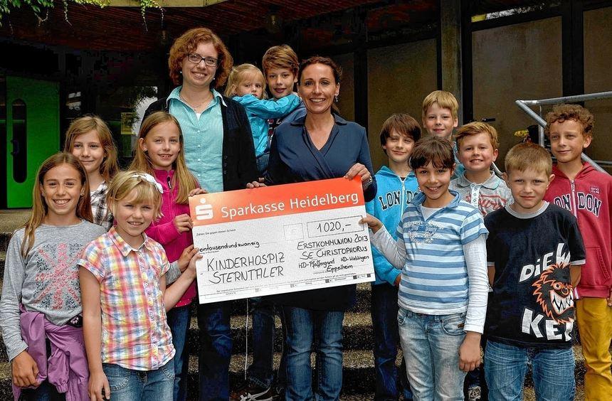 Pastoralreferentin Judith Schmitt-Helfferich (links) übergab mit einem Teil der Erstkommunionkinder ...