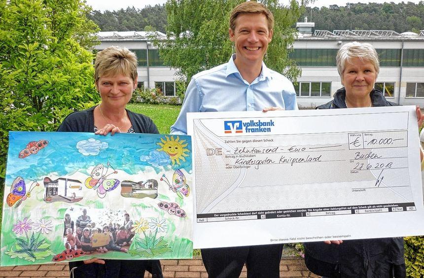Uwe Weiß, geschäftsführender Gesellschafter der Weiss GmbH (Mitte), überreichte den Spendenscheck ...