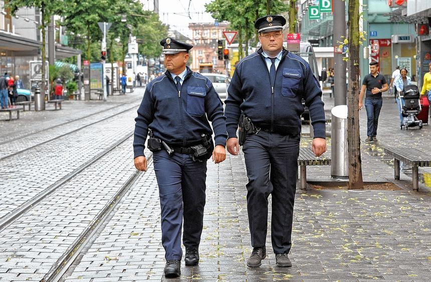 Sie sollen für Sicherheit und Sauberkeit in der Stadt sorgen: Markus Dietz (l.) und Jochen Narz ...