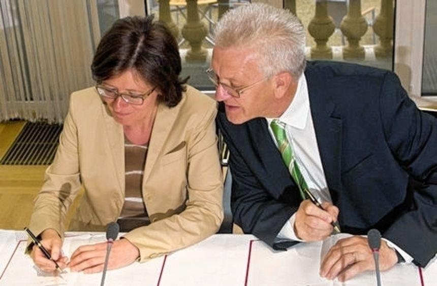 Malu Dreyer und Winfried Kretschmann unterschreiben den Vertrag.