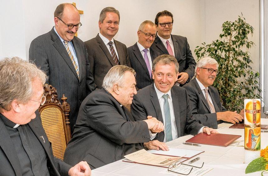 Handschlag auf eine gute Partnerschaft: Der Mainzer Kardinal Karl Lehmann (2.v.l.) und Mannheims ...
