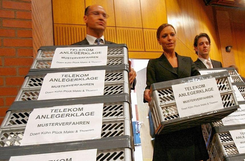 Mit Kisten von Aktenordnern starteten die ersten Telekom-Verfahren. Jetzt entscheidet der ...