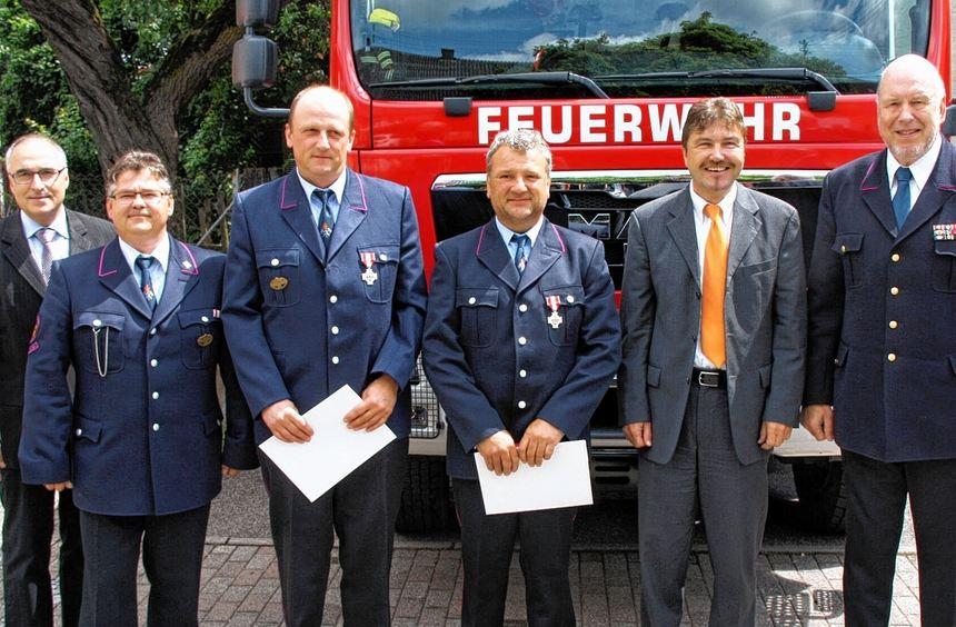 Beim Feuerwehrfest wurden Oberfeuerwehrmann Alfred Hübsch und Oberlöschmeister Jörg Moser für ihre ...