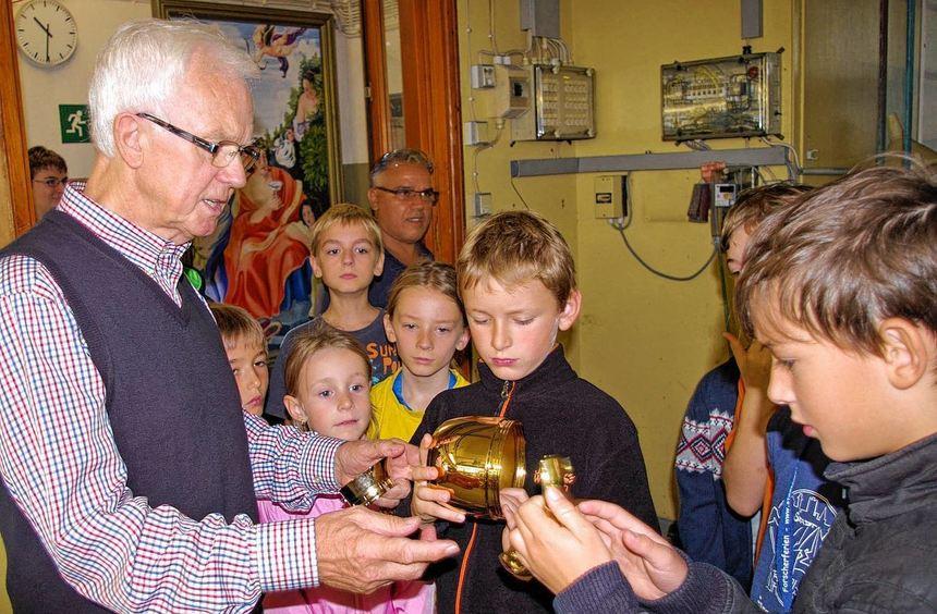 Karl-Heinz Werner zeigte den Teilnehmern an den Kinderkulturwochen die Herstellung von ...