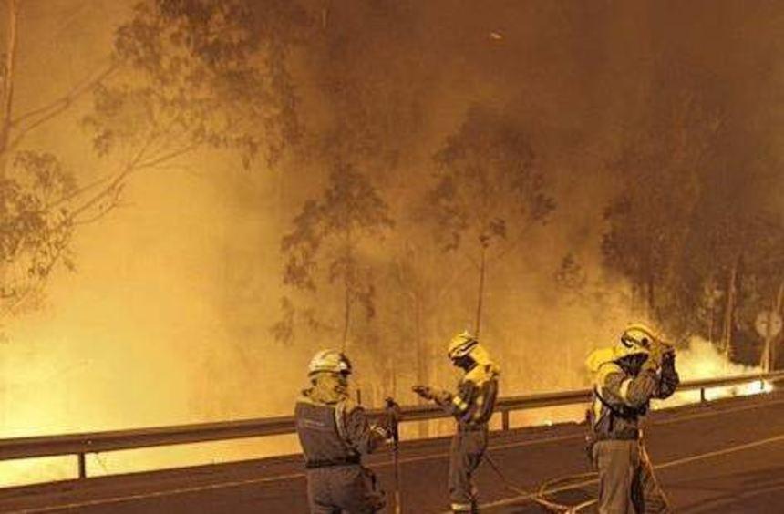Die Feuerwehr kämpft im Nordwesten Spaniens gegen die Flammen.