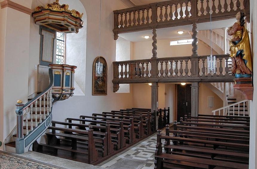 Wände, Kirchenbänke und die Holzkonstrukion der Empore bekamen einen neuen Anstrich. Der Altar und ...