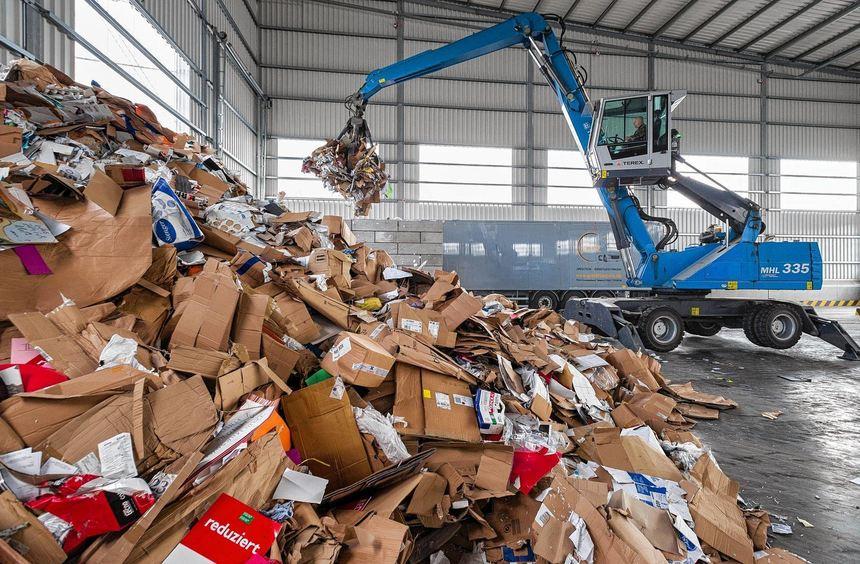 Hier wird bares Geld verladen: Mit dem Verkauf von - unter anderem - 13 000 Tonnen Papiermüll pro ...