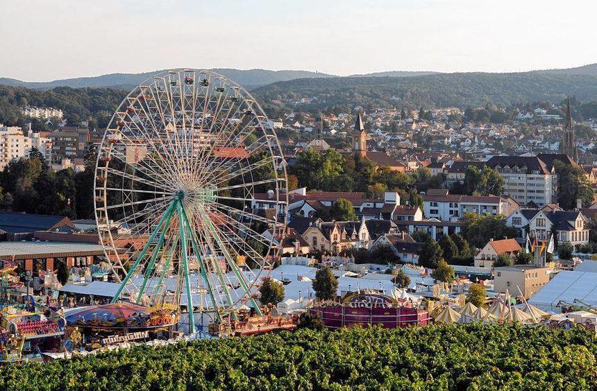 Das Riesenrad und die herrliche Landschaft ringsherum: zwei Markenzeichen des Wurstmarktes.