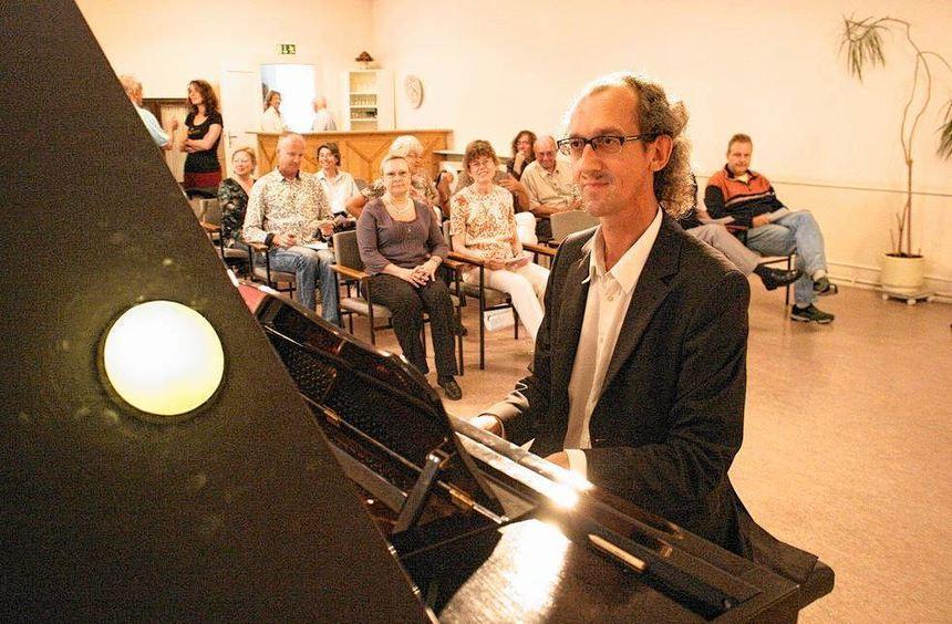 Am Klavier: Rolf Sieren.