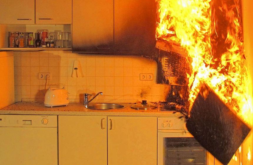 Bei vielen Küchenbränden gerät Fett oder Öl in Brand. Mit einem Deckel lassen sich die Flammen ...