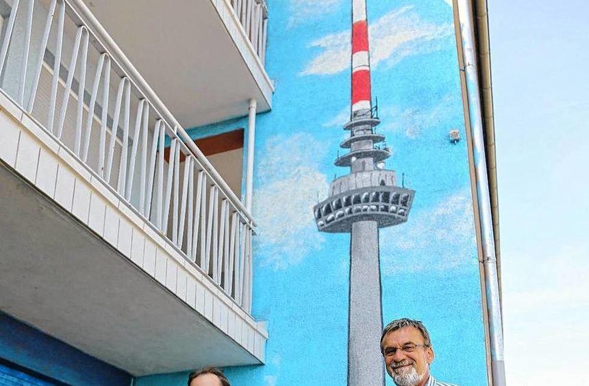 Hausmeister mit Ideen: David Trunk (li.) und Gemeinwesenarbeiter Michael Bähr vor dem haushohen ...