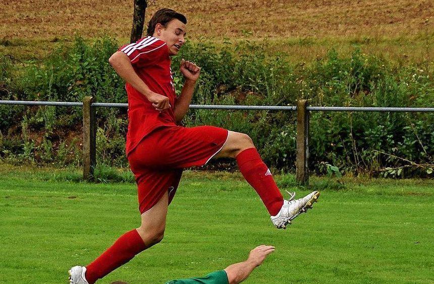 Die SG Beckstein/Königshofen II (im roten Trikot) nahm mit einem 4:1-Sieg am vorigen Sonntag die ...