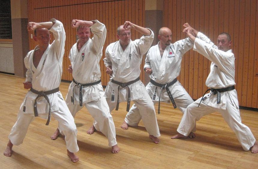 Training unter der Anleitung des Karatelehrers Masaaki Takahashi.